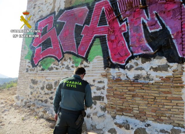 La Guardia Civil investiga al presunto autor de unos grafitis en un BIC de Cartagena - 1, Foto 1