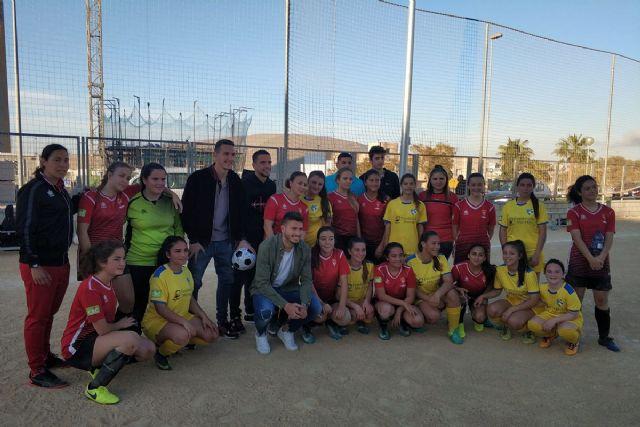 Los jugadores del F.C. Cartagena visitan la barriada Villalba y su equipo de fútbol - 1, Foto 1