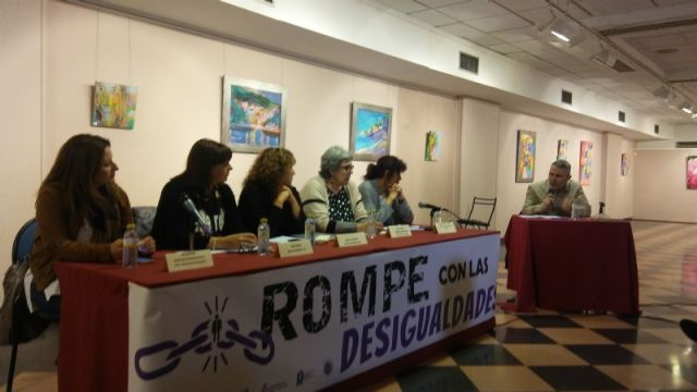 Interesante y constructiva mesa redonda sobre Políticas de igualdad desde una perspectiva femenina plural dentro de las actividades del Día Internacional de la Mujer, Foto 3