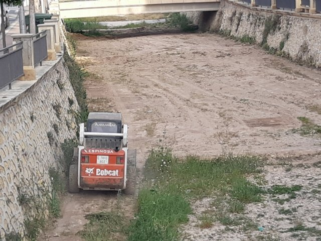 They carry out cleaning and maintenance work in the bed of the Rambla de La Santa as it passes through the town of Totana