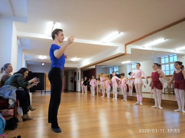 Students of the Manoli Cánovas School of Dance receive a master class from the first dancer of the St. Petersburg ballet