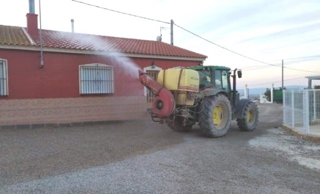 During the last days, volunteer farmers carry out disinfection work in the busiest areas of El Paretón-Cantareros and El Raiguero