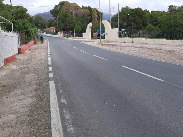 """[Piden la colocación de ralentizadores de velocidad y la construcción de una glorieta que regule el acceso a la urbanización """"La Charca"""""""
