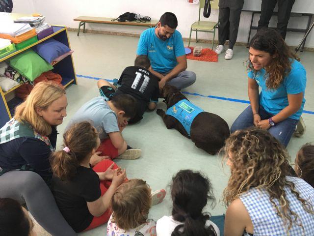 El aula abierta del CEIP Joaquín Carrión y Aidemar participan con éxito en un proyecto de terapia con perros - 1, Foto 1