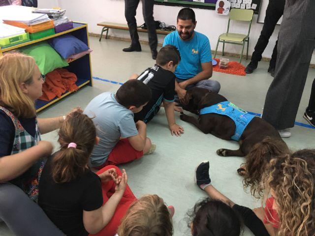 El aula abierta del CEIP Joaquín Carrión y Aidemar participan con éxito en un proyecto de terapia con perros - 3, Foto 3