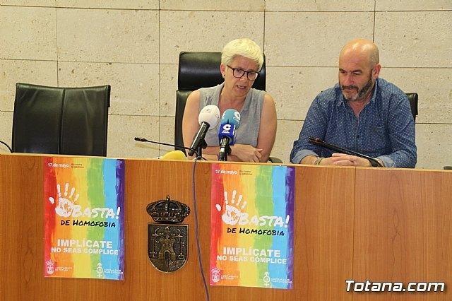 Promueven una campaña en establecimientos comerciales y hosteleros mediante el reparto de cartelería con motivo del Día contra la LGTBIfobia, que se celebra el 17 de mayo, Foto 1