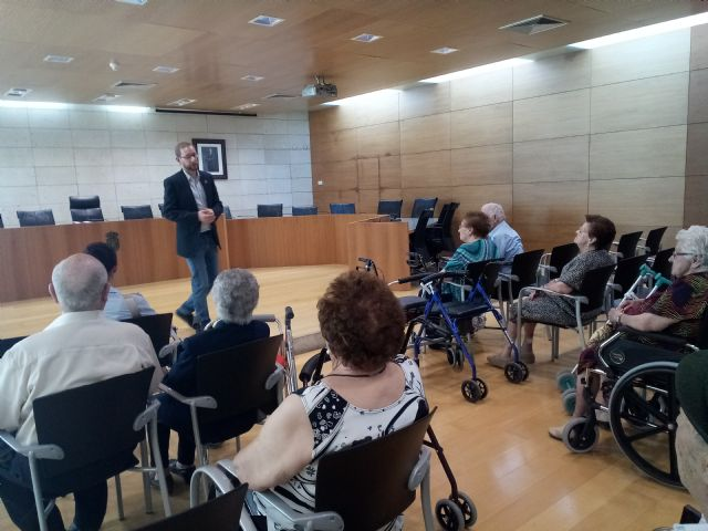 "Institutional reception is given to users of the Day Center and Elderly People of Lorca ""Domingo Sastre"" who visit Totana"