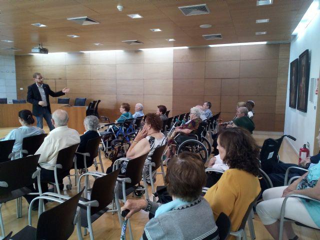 Se realiza una recepci�n institucional a usuarios del Centro de D�a y Personas Mayores de Lorca Domingo Sastre que visitan Totana, Foto 2