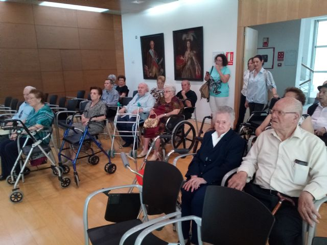 Se realiza una recepci�n institucional a usuarios del Centro de D�a y Personas Mayores de Lorca Domingo Sastre que visitan Totana, Foto 3