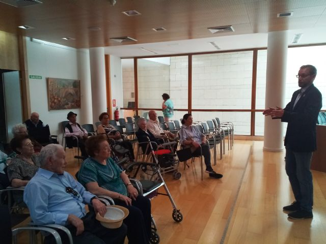 "Institutional reception is given to users of the Day Center and Elderly People of Lorca ""Domingo Sastre"" who visit Totana - 4"