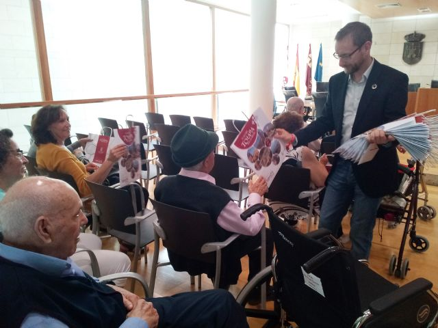 "Institutional reception is given to users of the Day Center and Elderly People of Lorca ""Domingo Sastre"" who visit Totana - 6"