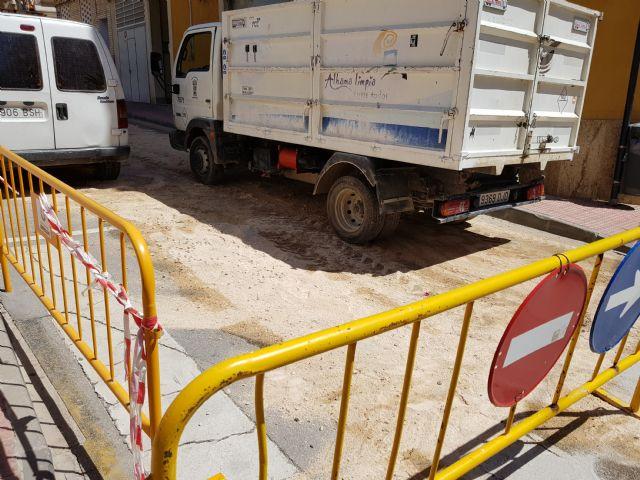 Cortada al tráfico la calle Sánchez Vidal por un derrame de gasoil, Foto 1