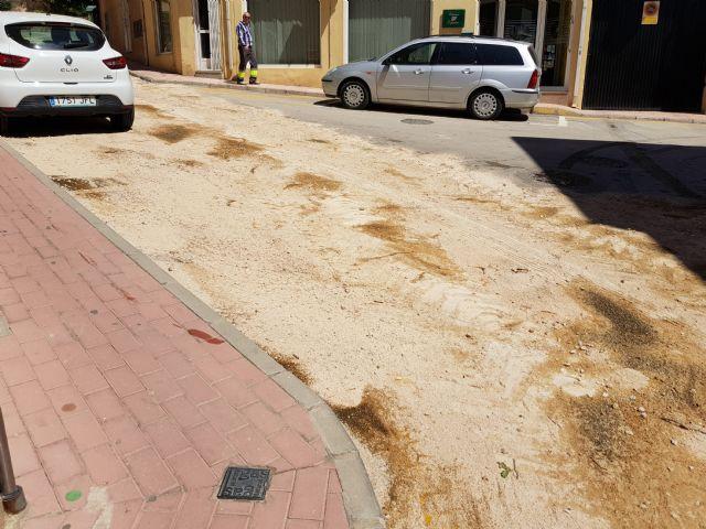 Cortada al tráfico la calle Sánchez Vidal por un derrame de gasoil, Foto 5