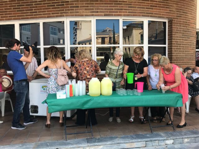 The celebration program of the Municipal Center for the Elderly of the Balsa Vieja square begins, with the traditional distribution of lemon ice cream to users and members