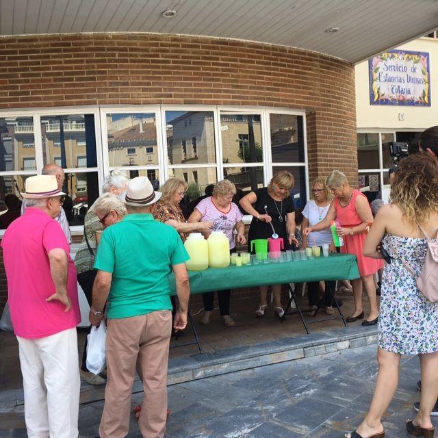Comienza el programa de festejos del Centro Municipal de Personas Mayores de la plaza Balsa Vieja, con el tradicional reparto de granizado de limón a los usuarios y socios - 2, Foto 2