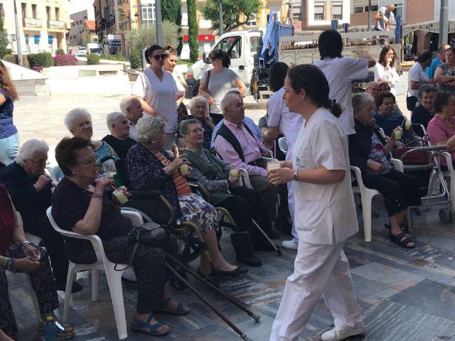 Comienza el programa de festejos del Centro Municipal de Personas Mayores de la plaza Balsa Vieja, con el tradicional reparto de granizado de limón a los usuarios y socios - 3, Foto 3
