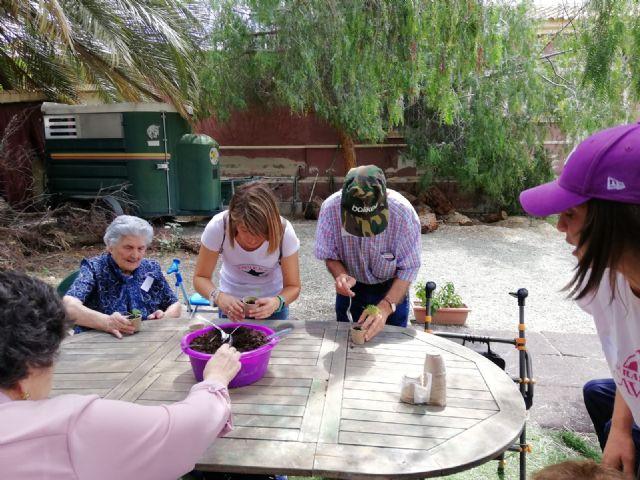 Los usuarios del centro de día de personas mayores visitan la Fundación Cavalli, Foto 3