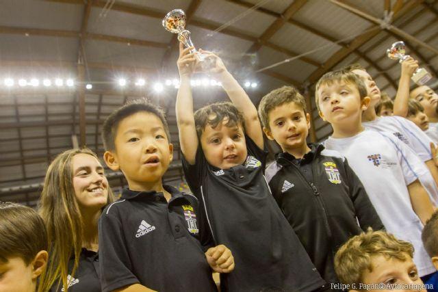 Trofeos para todos los equipos que han disputado la Liga Comarcal de Fútbol Base - 1, Foto 1
