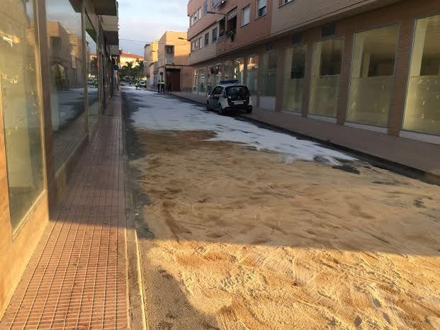 The breakdown of a truck causes fuel spill on the street Alhama, which has been closed to traffic for several hours