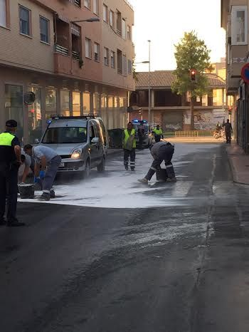 The breakdown of a truck causes fuel spill on the street Alhama, which has been closed to traffic for several hours, Foto 5