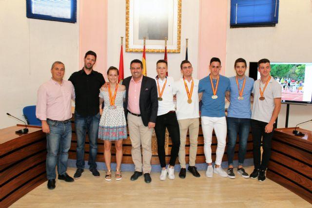 El alcalde recibe a los atletas del club Nutribán Sociedad Atlética Alcantarilla, por los éxitos en los últimos campeonatos de España - 1, Foto 1