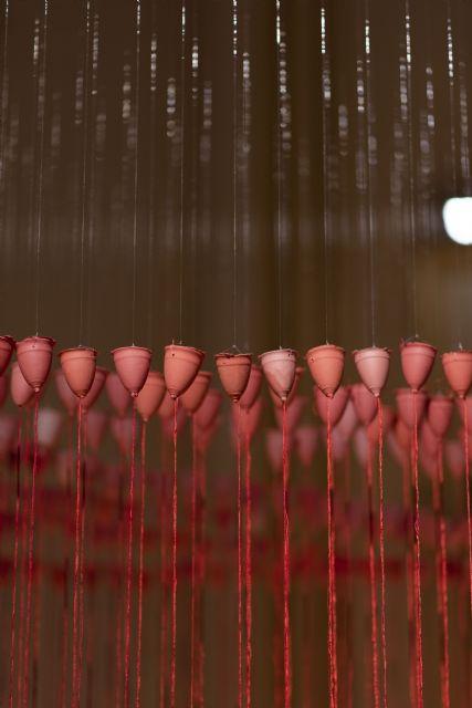 La sala 'La Capilla' de la UMU acoge la instalación 'Lluvia roja' de Concha M. Montalvo - 1, Foto 1