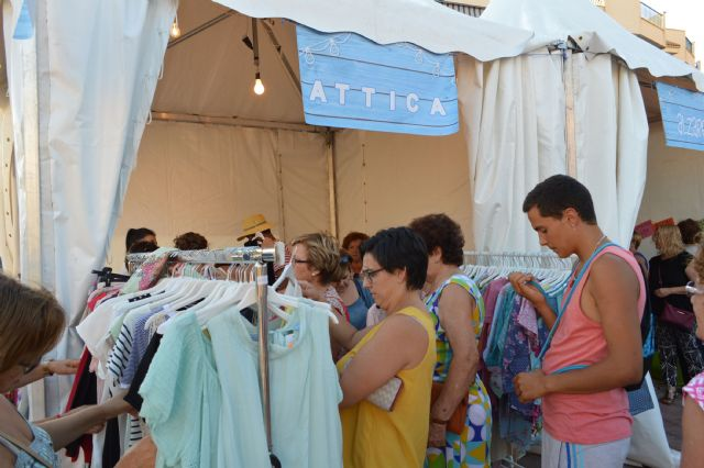 La plaza toneleros acoge una nueva feria outlet de los comercios locales, Foto 1