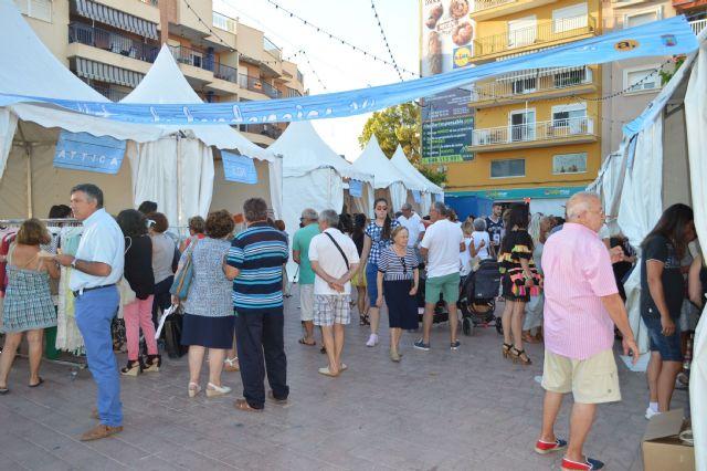 La plaza toneleros acoge una nueva feria outlet de los comercios locales, Foto 3