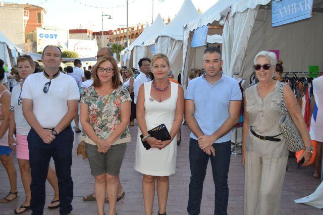 La plaza toneleros acoge una nueva feria outlet de los comercios locales, Foto 4
