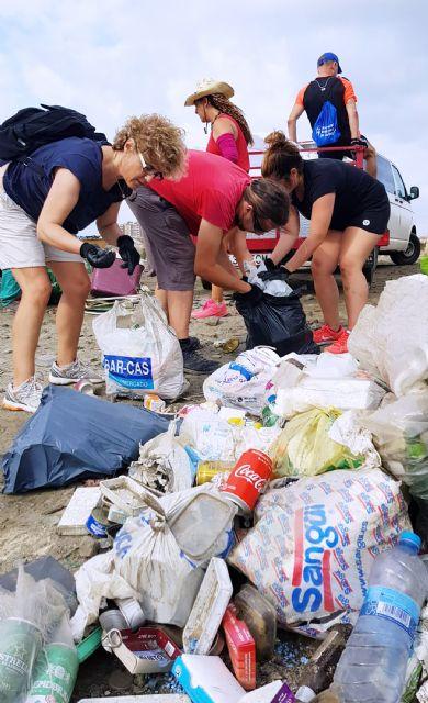 Medio centenar de voluntarios recogen 1.000 kilos de residuos en La Manga con el reto Pijo Playas Limpias, Foto 2