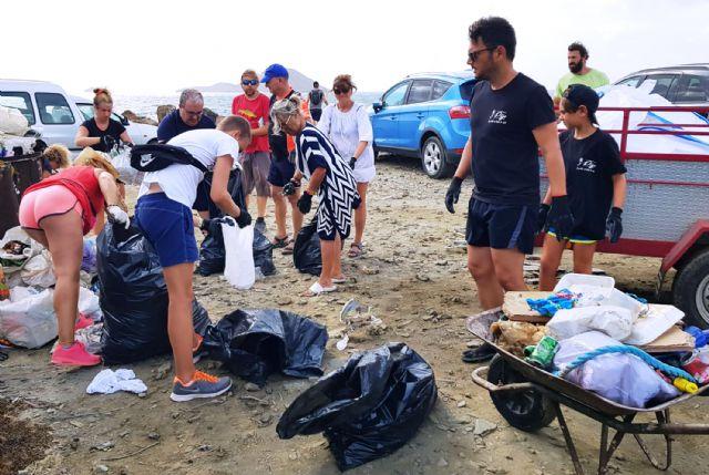 Medio centenar de voluntarios recogen 1.000 kilos de residuos en La Manga con el reto Pijo Playas Limpias, Foto 3