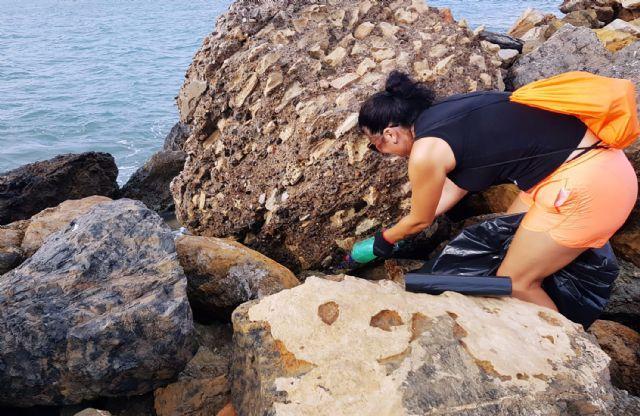 Medio centenar de voluntarios recogen 1.000 kilos de residuos en La Manga con el reto Pijo Playas Limpias, Foto 4