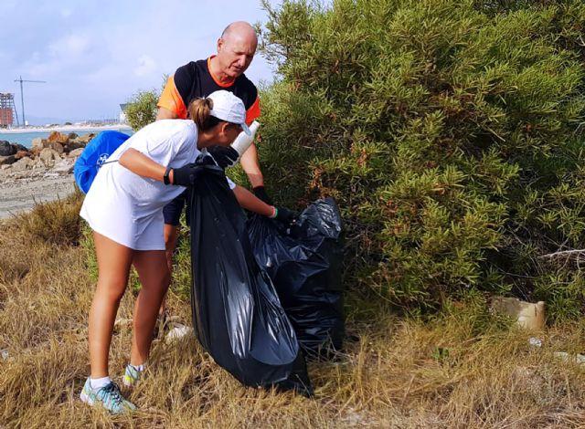 Medio centenar de voluntarios recogen 1.000 kilos de residuos en La Manga con el reto Pijo Playas Limpias, Foto 5