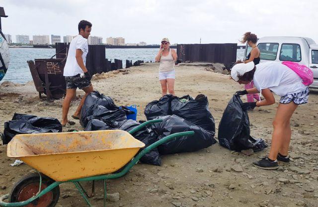 Medio centenar de voluntarios recogen 1.000 kilos de residuos en La Manga con el reto Pijo Playas Limpias, Foto 6
