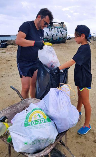 Medio centenar de voluntarios recogen 1.000 kilos de residuos en La Manga con el reto Pijo Playas Limpias, Foto 7