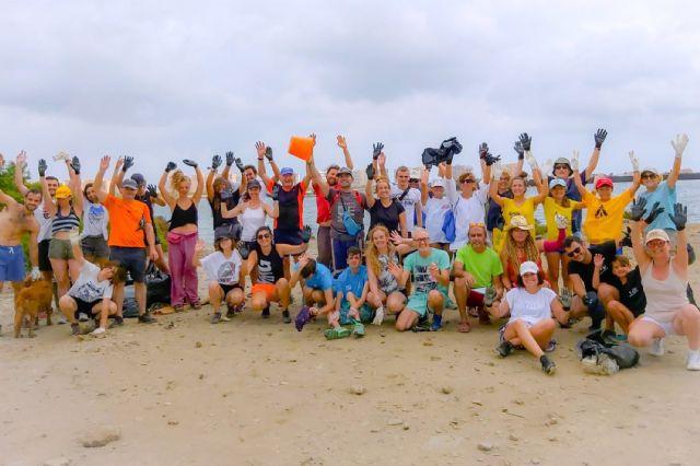 Medio centenar de voluntarios recogen 1.000 kilos de residuos en La Manga con el reto Pijo Playas Limpias, Foto 8