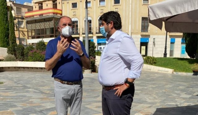 The mayor holds a new institutional meeting with López Miras, taking advantage of his visit to the municipality, reiterating the need for direct aid to hoteliers and merchants