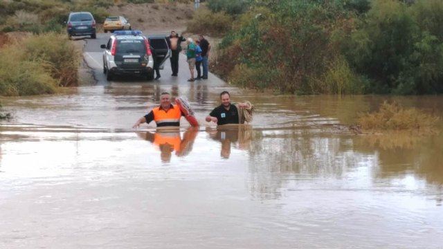 Civil Protection and Civil Guard rescue a person trapped in his vehicle on the Camino de Juan Teresa at its intersection with the Guadalentín River