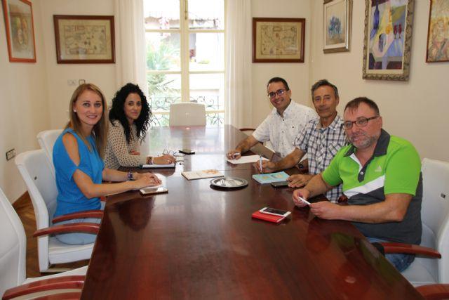 El Ayuntamiento de Alhama establece líneas de colaboración con el Colegio de Educadores Sociales de la Región, Foto 1