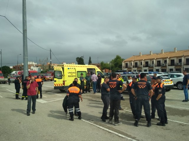 Civil Protection personnel collaborate jointly in the work of citizen evacuation in Síscar to enable the controlled disembarkation of the Santomera dam