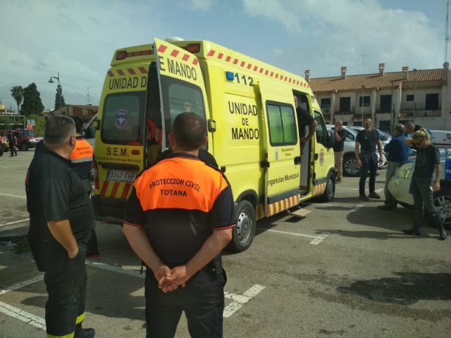 Civil Protection personnel collaborate jointly in the work of citizen evacuation in Síscar to enable the controlled disembarkation of the Santomera dam, Foto 2