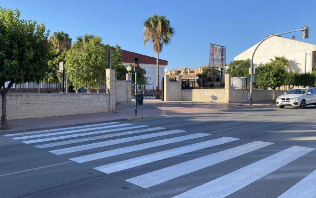 Repintados los pasos de cebra en los entornos de los centros docentes del municipio - 1, Foto 1