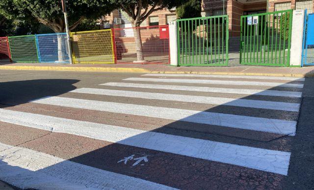 Repintados los pasos de cebra en los entornos de los centros docentes del municipio - 2, Foto 2