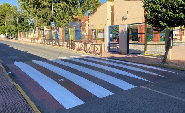 Repintados los pasos de cebra en los entornos de los centros docentes del municipio - 3, Foto 3