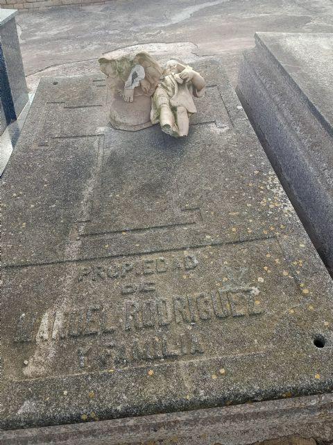 MC exige al Gobierno que retire la escultura fracturada aparecida en el cementerio de Los Remedios que debía estar en el almacén - 3, Foto 3