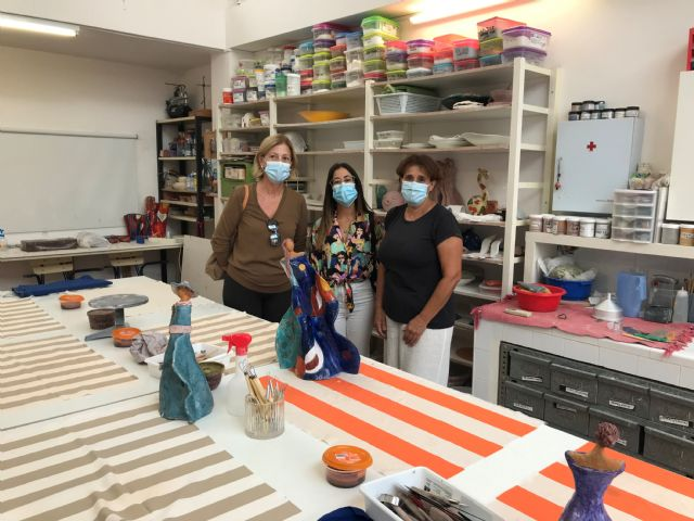 Una decena de mujeres participan en el taller de cerámica puesto en marcha por Igualdad - 1, Foto 1