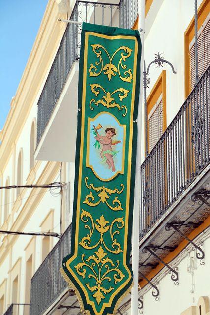Engalanar sus balcones y fachadas con colgaduras verdes con motivo del 50 Aniversario de Coronación de la Virgen de las Angustia de Alcalá del Río - 2, Foto 2