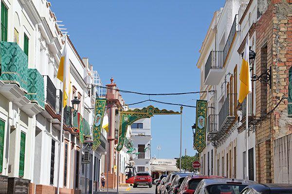 Engalanar sus balcones y fachadas con colgaduras verdes con motivo del 50 Aniversario de Coronación de la Virgen de las Angustia de Alcalá del Río - 3, Foto 3