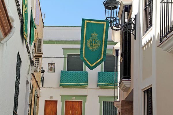 Engalanar sus balcones y fachadas con colgaduras verdes con motivo del 50 Aniversario de Coronación de la Virgen de las Angustia de Alcalá del Río - 4, Foto 4