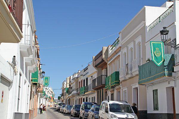 Engalanar sus balcones y fachadas con colgaduras verdes con motivo del 50 Aniversario de Coronación de la Virgen de las Angustia de Alcalá del Río - 5, Foto 5